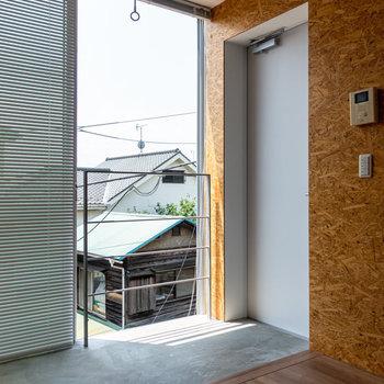 土間の玄関。コンクリートが空間のアクセントに。※写真は3階の反転間取り別部屋のものです