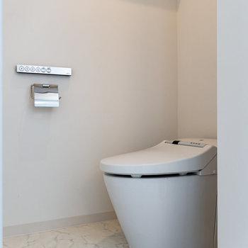 スタイリッシュなタンクレストイレ。※写真は3階の反転間取り別部屋のものです
