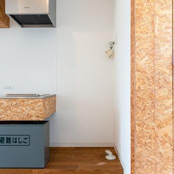 洗濯機は右手に。※写真は3階の反転間取り別部屋のものです