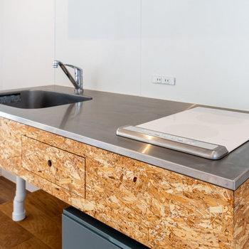 クールな造作キッチン。コンロにはお手入れが簡単なIHを採用。※写真は3階の反転間取り別部屋のものです