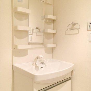 洗面台には棚がたくさん。(※写真は12階の同間取り別部屋のものです)