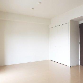 壁が白いと広く見えますね※写真は8階の似た間取り別部屋のものです
