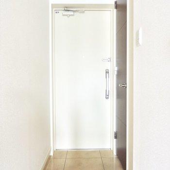 玄関のすぐ横に怪しい扉が…※通電前のためフラッシュを使用しております※写真は8階の似た間取り別部屋のものです