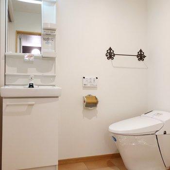 トイレのホルダーとタオル掛けがオシャレ!