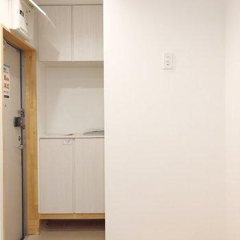 玄関の横には冷蔵庫を