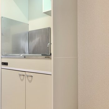 キッチン横に冷蔵庫などが置けますね。
