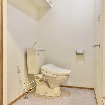 トイレの横に洗濯機が設置できます。