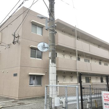 3階建てのコンパクトなマンション。