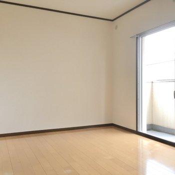 こちらは6帖の洋室。窓は南西向き。光がしっかり入ります。