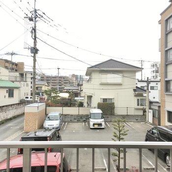 眺望はおとなりの駐車場がちらり。