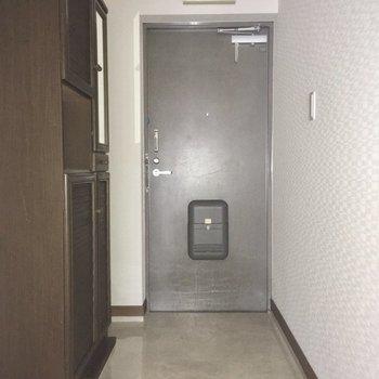 玄関はしっかり広さがありますね。お掃除もしやすそうです。(※写真の小物は見本で、フラッシュ撮影をしています)
