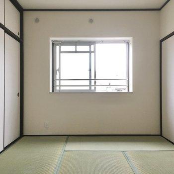 窓は出窓になっています。小さな植物を飾ったり。