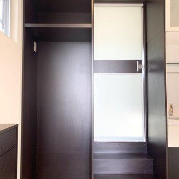 冷蔵庫置場は玄関入ってすぐ。隣の扉は…?