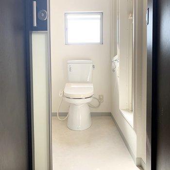 入口正面がおトイレ。窓があって明るいですね。