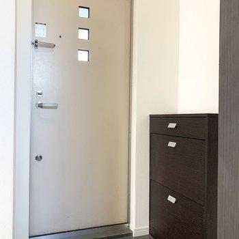 最後は玄関。お部屋とお揃いでドアにも3連窓。