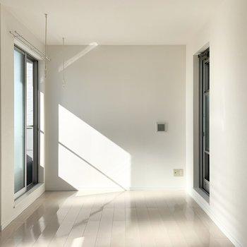 南北にバルコニーへ出られる窓とドア。どちらも開閉可能で網戸も付いています。