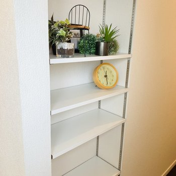 キッチンを出てすぐに棚のスペースが。食器とか雑貨とか、色んな使い方ができそうですね。(※雑貨はサンプルです)