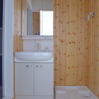 コテージみたいな脱衣所。洗面台も大きめで使いやすそう(※写真は5階の同間取り別部屋のものです)