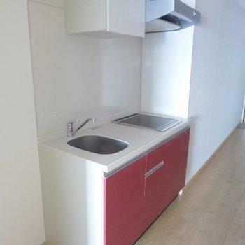 赤のキッチンは2口IH(※写真は5階の同間取り別部屋のものです)