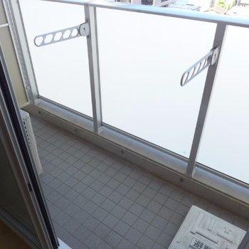 バルコニー。洗濯物は下の方に掛けるタイプです(※写真は5階の同間取り別部屋のものです)