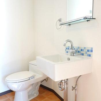 シンプルなトイレと、シンクがカワイイ洗面台。(※クリーニング前のお部屋です。)