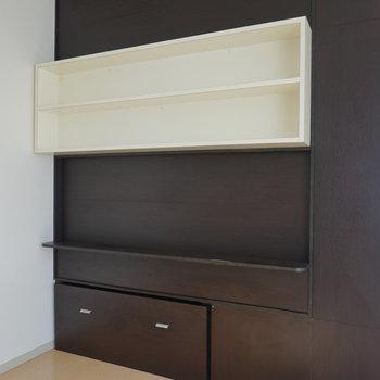 変わったカタチのテレビボードがお部屋の特徴。(※クリーニング前のお部屋です。)