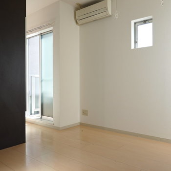 玄関入ってすぐ洋室。小窓が可愛らしいですね。(※クリーニング前のお部屋です。)