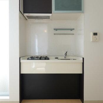シンプルさが良いですね。冷蔵庫は左手に置けます。(※クリーニング前のお部屋です。)
