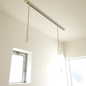 洗濯物は室内で干せます。(※クリーニング前のお部屋です。)