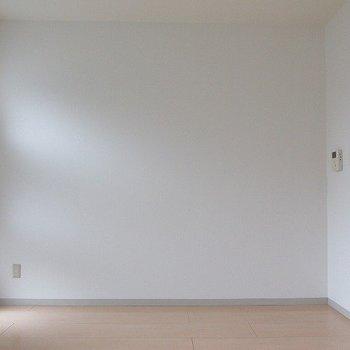 お部屋は白ベースでシンプル!(※写真は3階の同間取り別部屋のものです)
