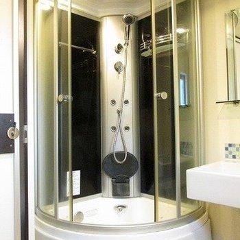 タイムカプセルではないです!シャワールームです。(※写真は3階の同間取り別部屋のものです)