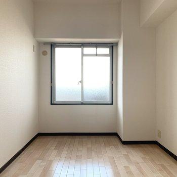 もう1つの洋室も小窓付き。