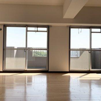 ダイニングには大きな窓2カ所。
