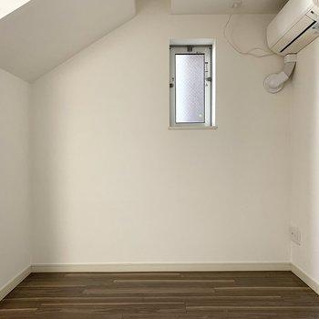 この階段下のスペースにソファを置いて寛ぎたい◎