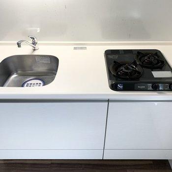 キッチンはコンパクトながら2口コンロ。