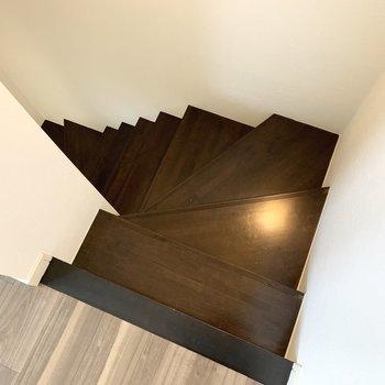 階段の上からのフォルムもイイな〜。下ります。
