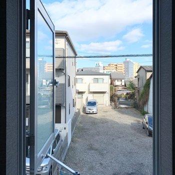 一番大きな窓には網戸がありませんが、大きく開きます。