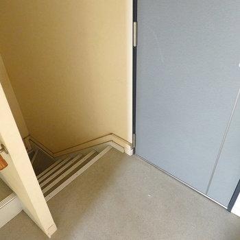 お部屋へは階段で。