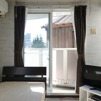 窓際にテレビとベッド。良い配置ですね。