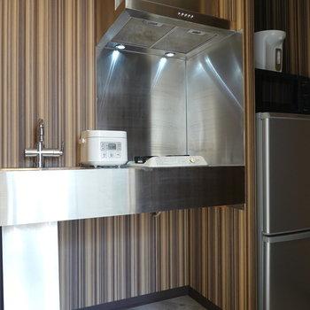 クールなステンレスキッチン!冷蔵庫は右手にありますね。
