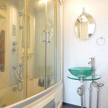 近未来的なお風呂と、シンプリストな洗面台。