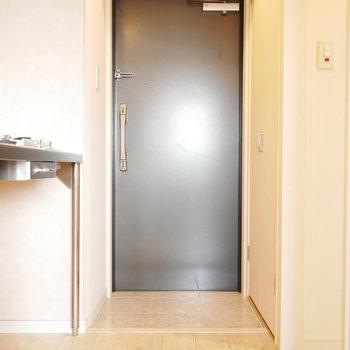 玄関とキッチンがマッチしてます(※写真は6階の同間取り別部屋のものです)
