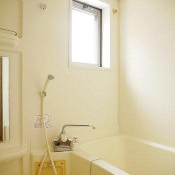 窓のある浴室(※写真は6階の同間取り別部屋のものです)