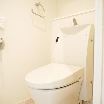 スッキリしたデザインのトイレ(※写真は6階の同間取り別部屋のものです)