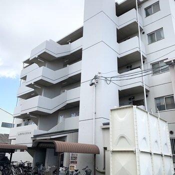 5階建て鉄筋コンクリートのマンションです。