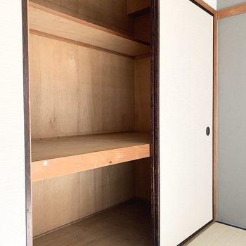 【和6】収納は中段と枕棚付の押入タイプ。
