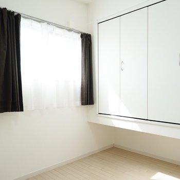 洋室は浮いた収納が特徴! 引き戸を開ければLDKと繋がります!