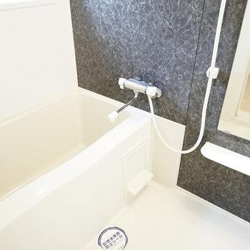 お風呂も綺麗。 石模様の壁が落ち着かせてくれます。