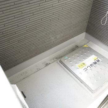 ベランダはコンパクトです。 洗濯物は室内・浴室でも干せます!