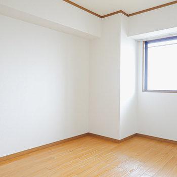 【洋6】こちらは玄関を正面に見て左側の洋室。
